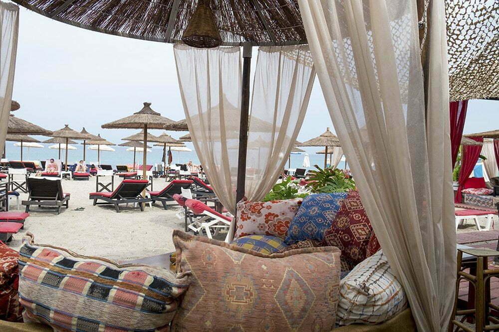 stuk strand met bedden en parasols op Kos