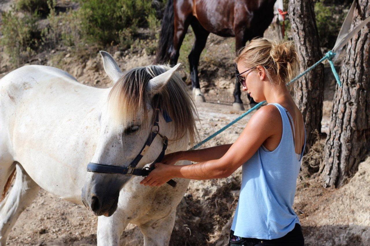 Op Ibiza, m'n paard klaarmaken voor de rit
