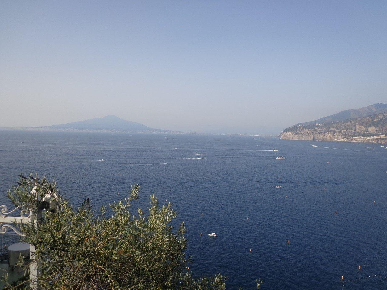 de baai van Napoli in het zuiden van Italie.