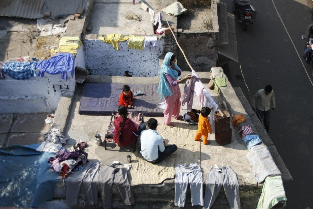 In India wordt iedere vierkante meter benut, ook op het dak.