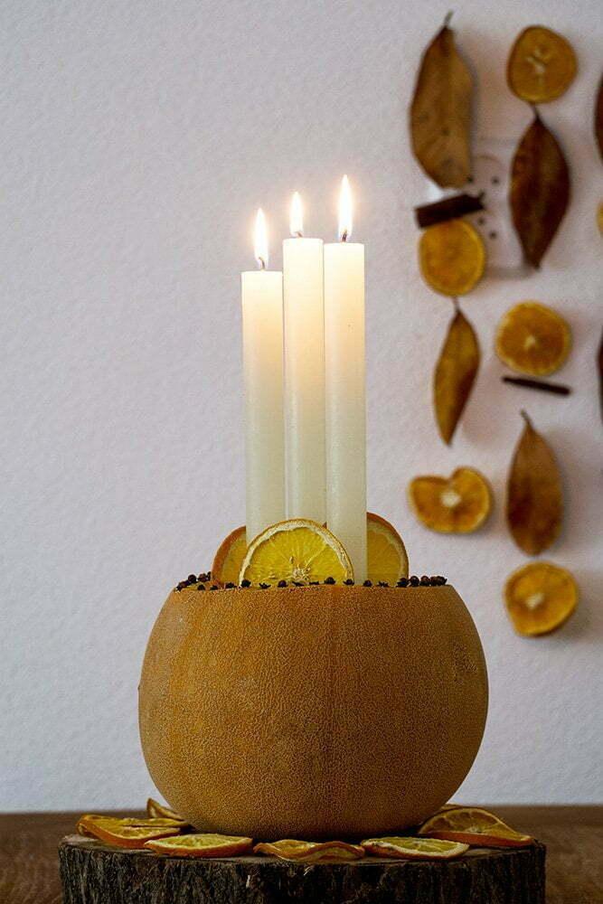 Herfst in huis met een pompoen als kandelaar
