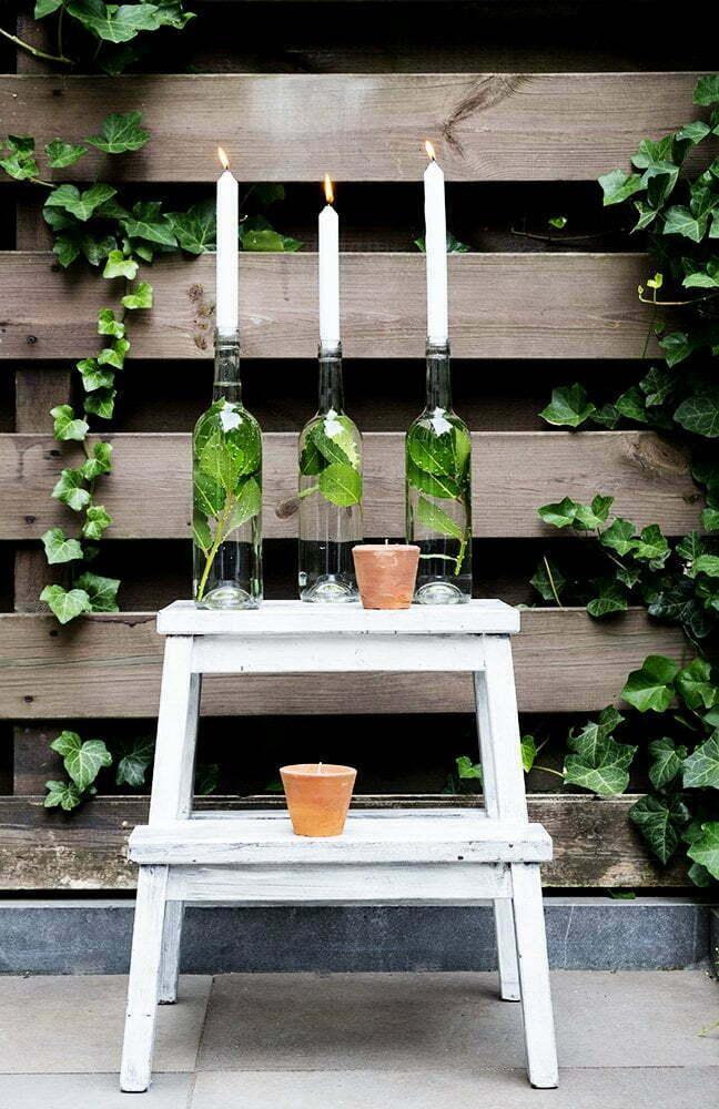 Zelfgemaakt idee met een lege wijnfles als kandelaar
