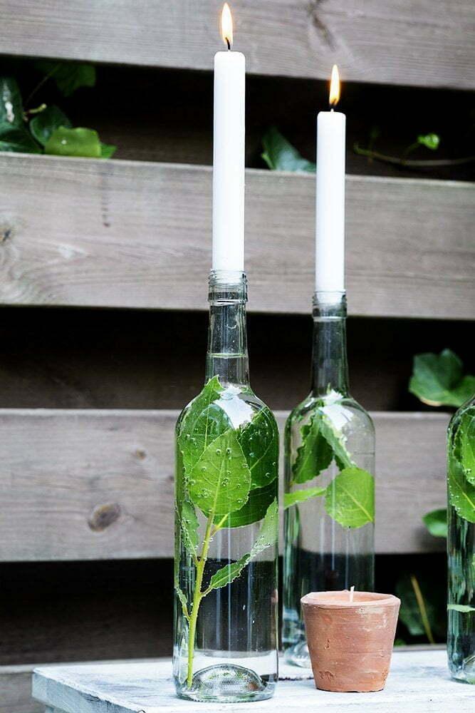 Zelfgemaakt idee met een lege wijnfles als kandelaar - Diy decoratie