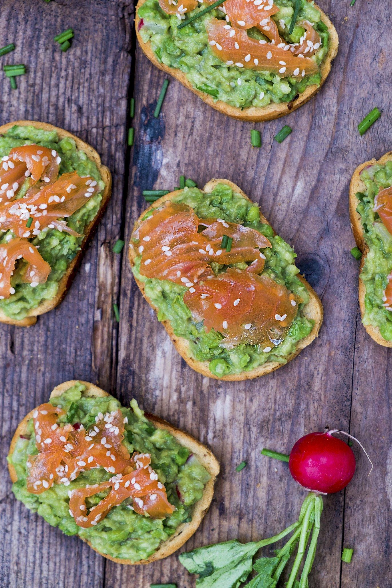 Toast met Avocado, gedroogde zalm en radijzen - Foodblogswap