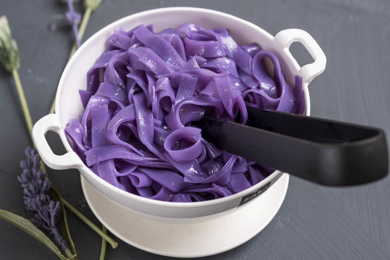Hoe maak je paarse noedels?