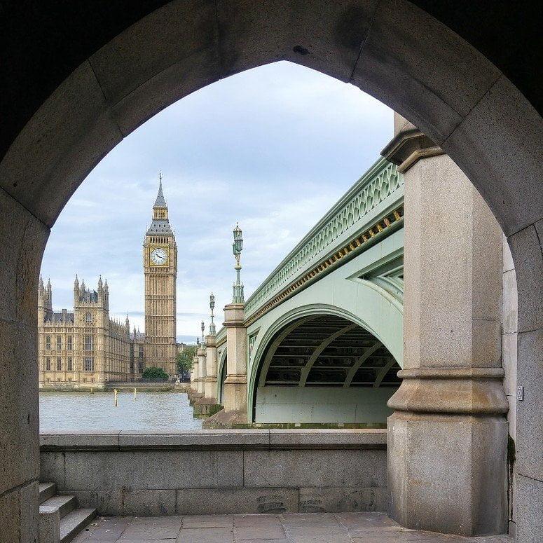 Foto van de Big Ben bij een brug