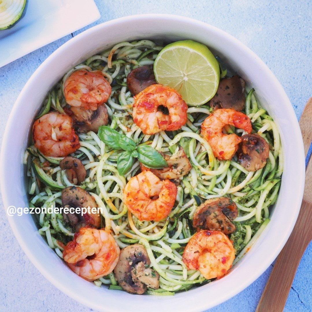 Meer groenten, minder koolhydraten: Courgetti met pesto, garnalen en champignons