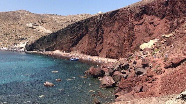 Zo heb je white beachmet wit zand,red beach met rood zand en het strand aan de badplaats Kamari.