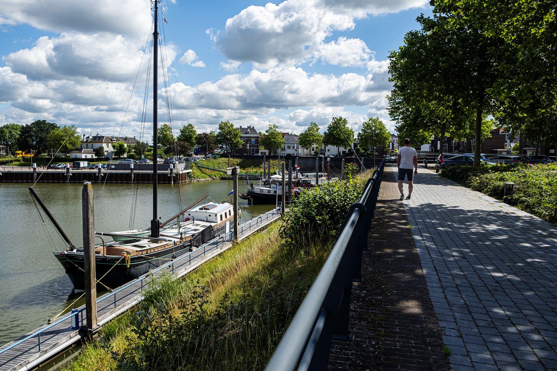 Een kleine (Zaltbommel telt 12.764 inwoners) en authentieke stad bij de Waal.