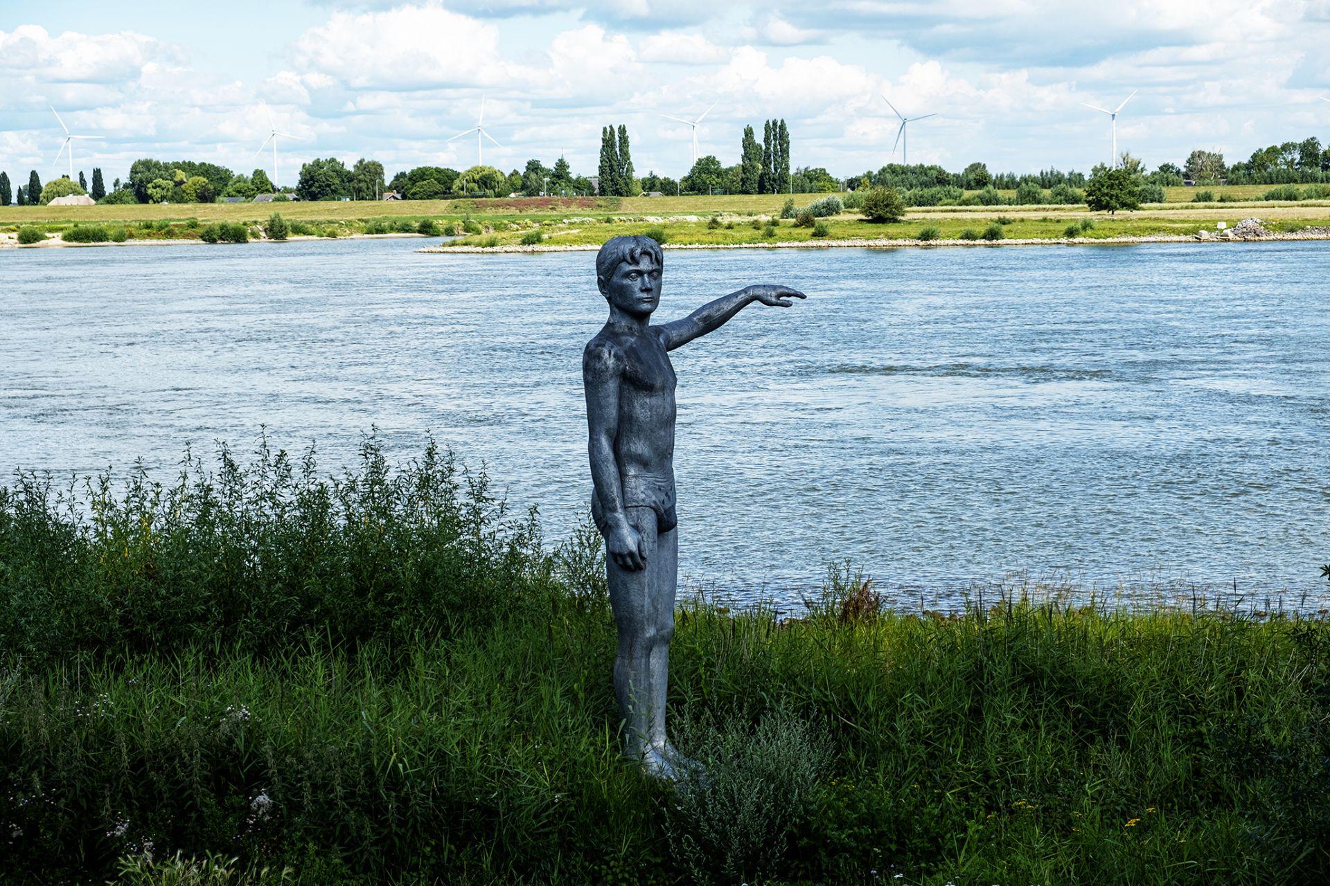 Langs de rivier de Waal staat een waterhoogtebeeld van ongeveer 4 meter hoog. Dit beeld is gemaakt door kunstenaar Marcel Smink.