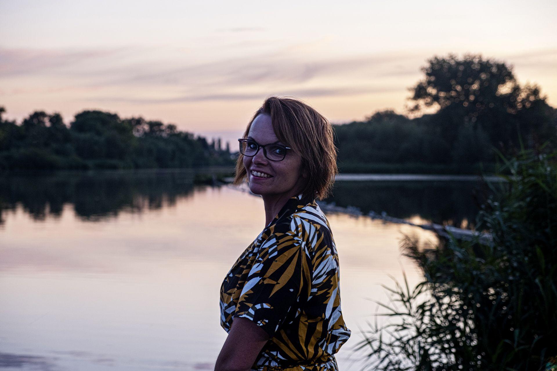 Inge, met als achtergrond de Linge