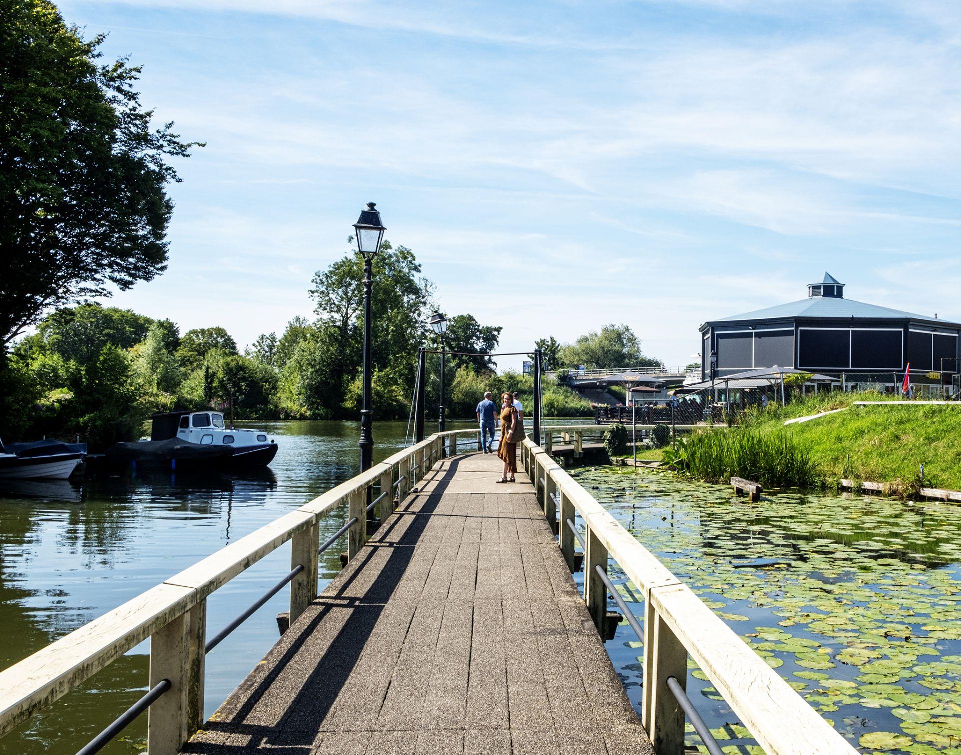 Deze prachtige vestigingsstad ligt centraal in het land aan de rivier de Linge