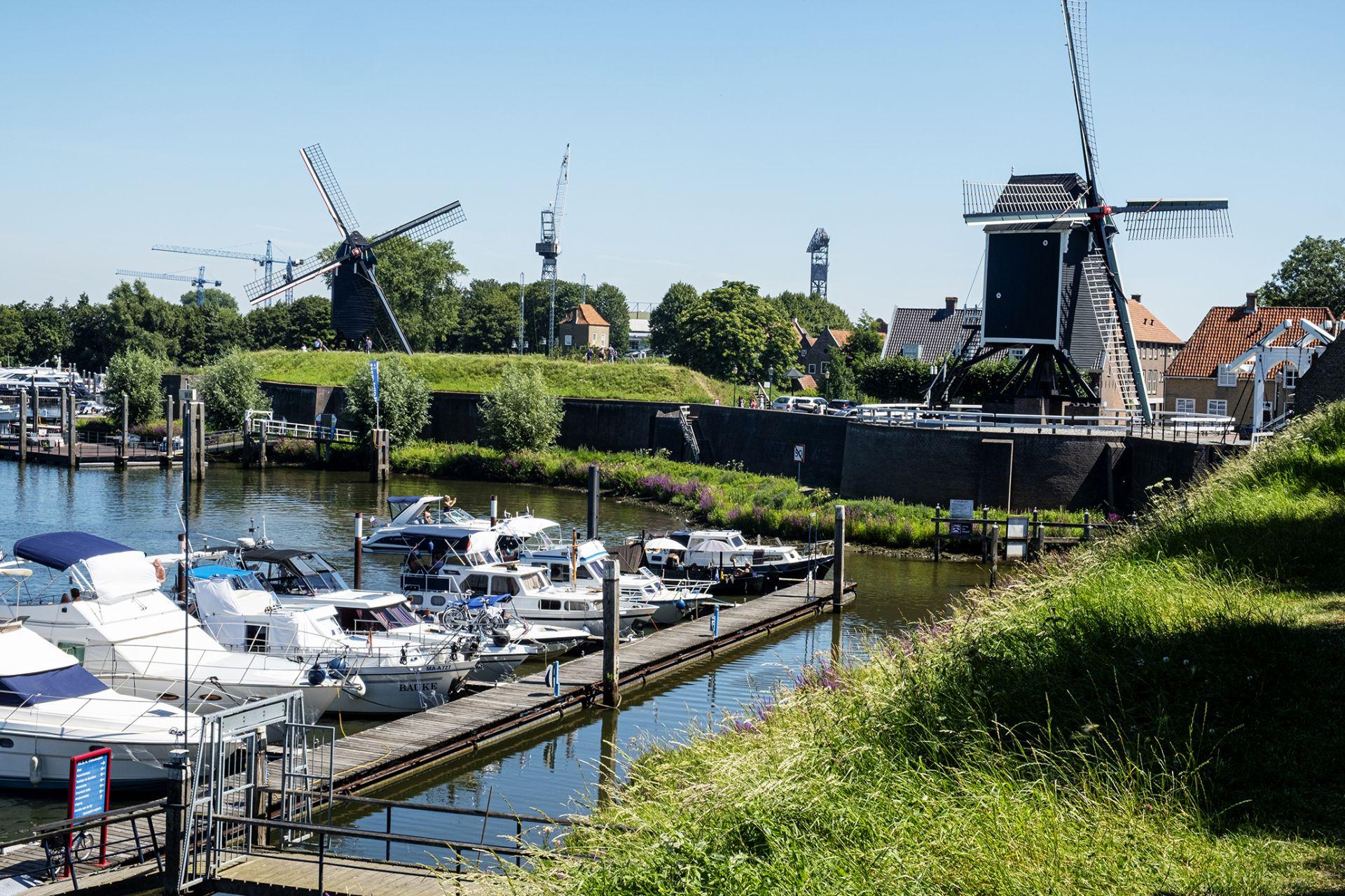 Heusden: Er liggen heel veel boten in de haven en dat past precies in deze omgeving.