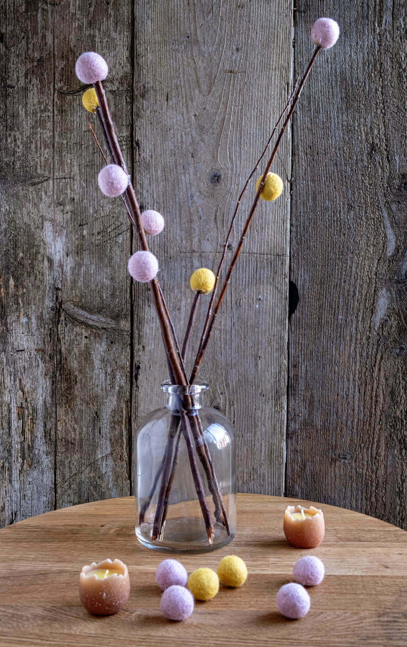 Lente decoratie maken met takjes en vilt balletjes