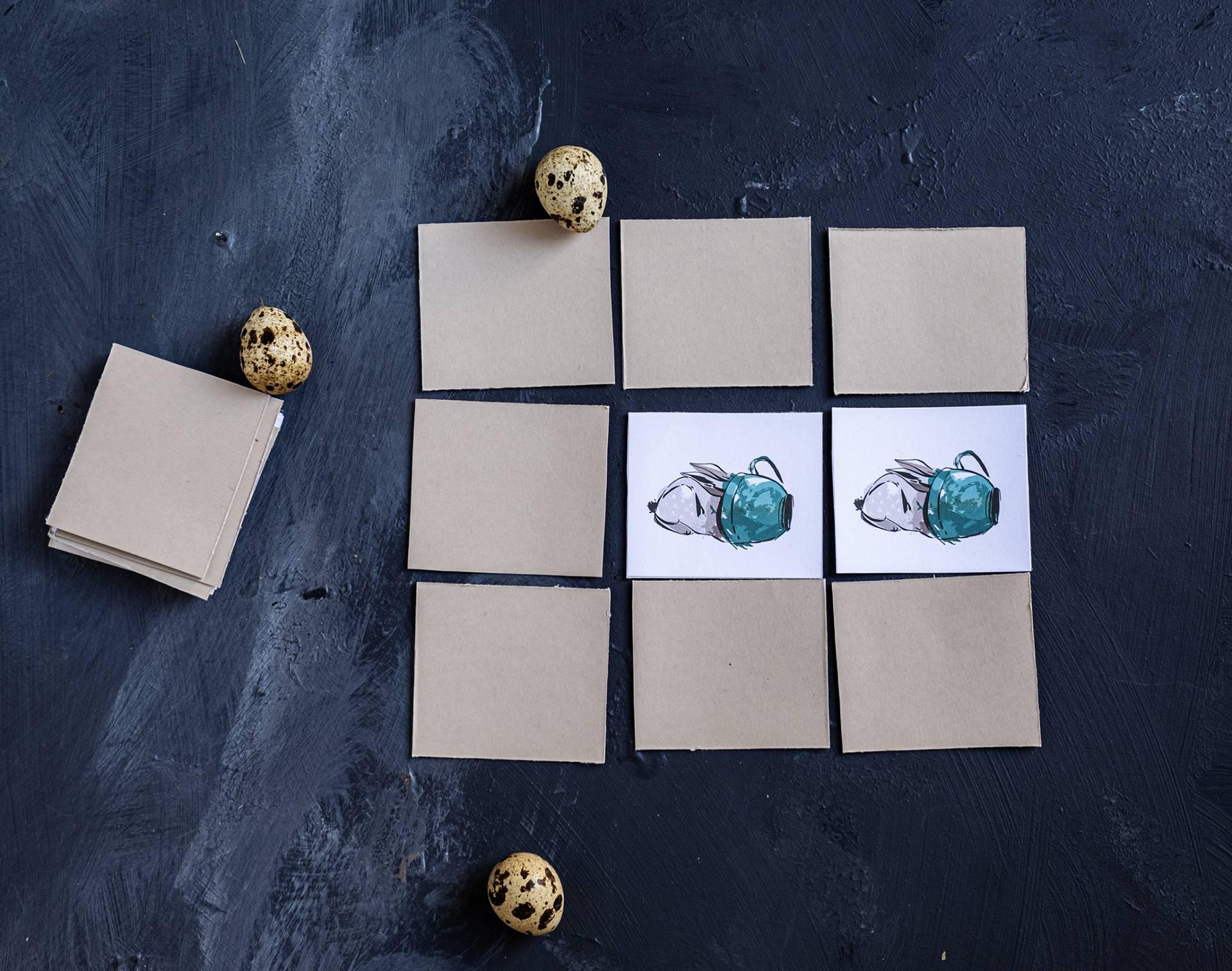 Als de afbeeldingen op beide kaartjes gelijk zijn, dan neemt de speler de twee kaartjes en legt deze voor zich neer.