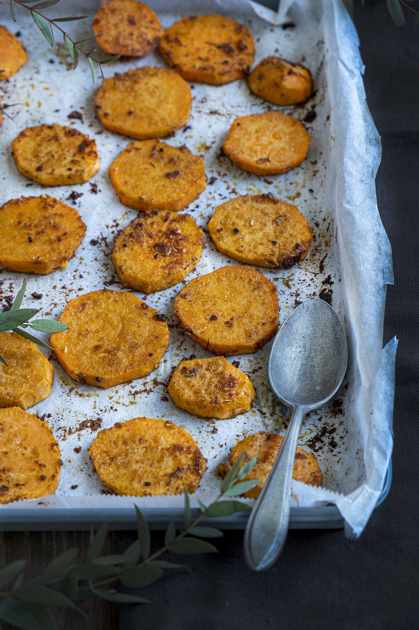 Zoete aardappelschijfjes in de oven met cajun
