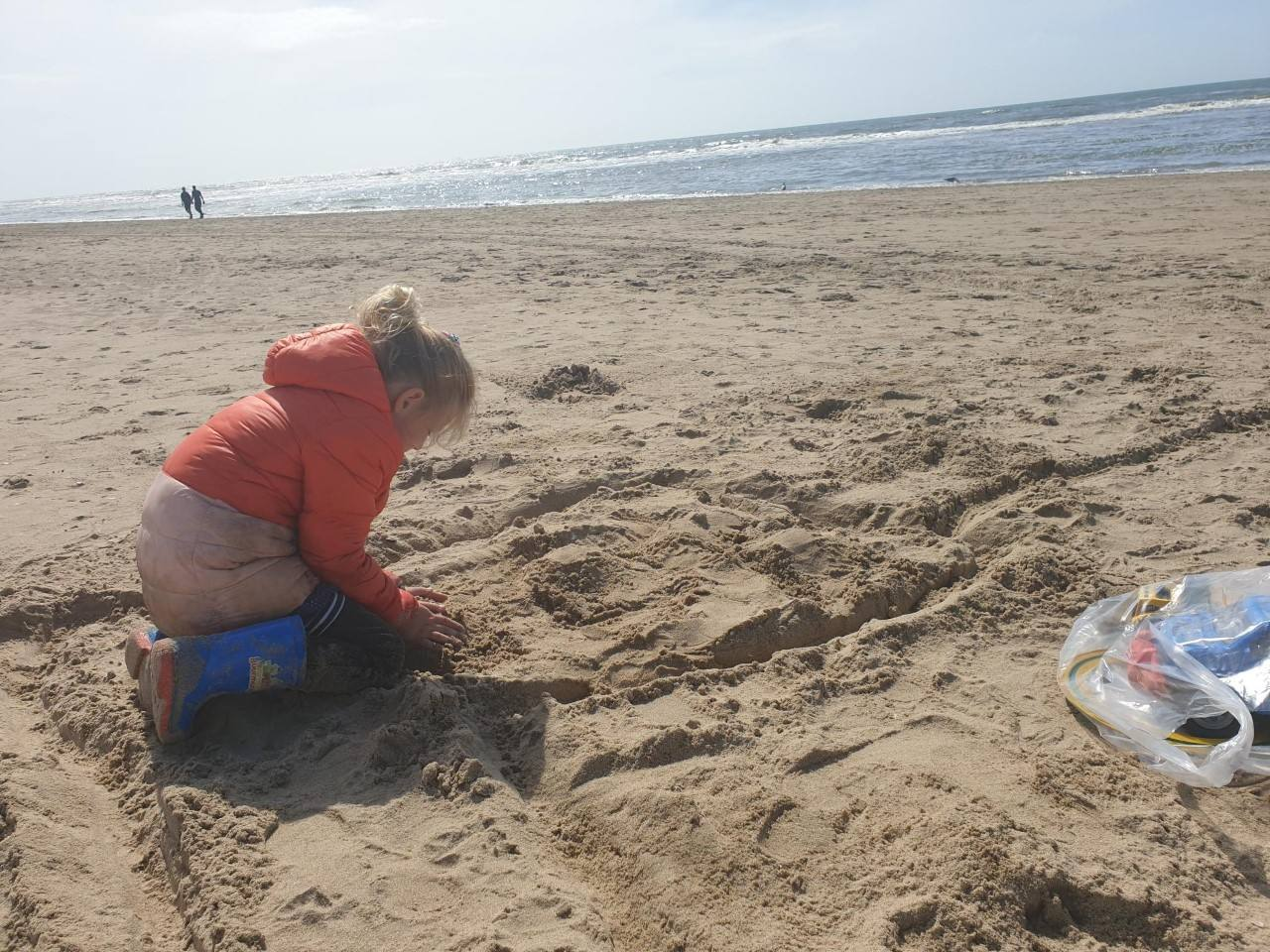 Lekker spelen op het strand van Langevelderslag