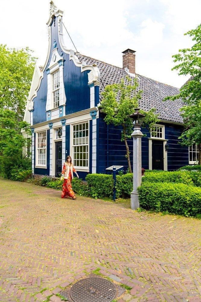 Broek in Waterland: kleurrijke houten huizen
